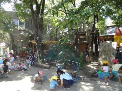 【大阪府・庄内】平成22年度から認定こども園となり、4歳児・5歳児が9時から14時まで一緒に過ごすクラスを、幼稚園・保育園混合でクラス編成。「人間同士の関わりによる育ち合い」を常に大事にしています!