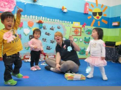 【愛知県・インターナショナル】日本に暮らす子どもたちのための幼保一体型バイリンガル保育園!関西・中部・関東に計18校を展開している、日本に暮らす子どもたちのためのインターナショナルスクールです。関西・中部・関東に計18校を展開している、日本に暮らす子どもたちのためのインターナショナルスクールです。 スタッフの約半数が外国人保育スタッフです。